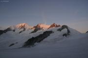 Finsteraarhornhütte SAC; Gr. Wannenhorn (l), Schönbühlhorn, Fiescher Gabelhorn, Wysnollen, Grünhornlücke (r)