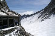 Oberaarjochhütte SAC; Schutzgallerie vor der Hütte, oberhalb der Leiter