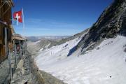 Oberaarjochhütte SAC (3256müM); Oberaarjoch mit -gletscher und Piz Bernina in der Ferne