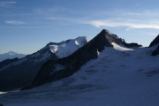 Oberaarjochhütte SAC (3256müM); Weisshorn, Wannenhorn, Finsteraarrothorn (vlnr)