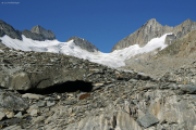 Oberaargletscher; Gletschertor, darüber das Oberaarjoch mit Oberaarhorn (r) und Oberaarrothorn (l)