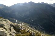 Oberhalb Grimselpass; Furkapass, unten Gletsch mit Grimsel- und Furkapassstrasse
