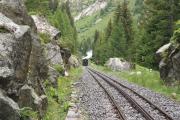 Zug bei der Rhonequelle auf Talfahrt nach Oberwald