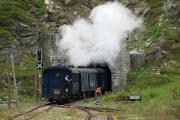 Regelzug nach Oberwald verschwindet in den Scheiteltunnel