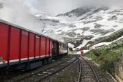 Überfuhren von Wagen von Realp ins Wallis mit HG 3/4 9 gleich nach Abschluss der Schneeräumung