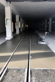 Die neue Wagenremise Realp entsteht - frisch betonierter Boden in der Hallenmitte.
