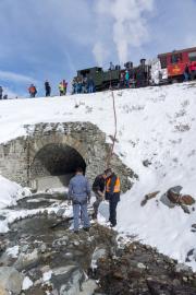 Ende Saison 2020 im Schnee! Letzter Regelzug nach Oberwald mit HG 4/4 704. Da die Wasserfassung in Tiefenbach bereits ausser Betrieb war, musste die Lok in Muttbach mittels Pumpe Wasser nachtanken.