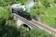 HG 3/4 9 mit blauem Regelzug nach Oberwald auf dem Rohneviadukt
