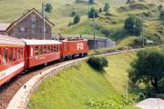 HGe 4/4 II mit Glacier-Express kurz nach Andermatt. 1988