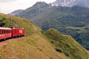 HGe 4/4 II mit Glacier-Express bei Nätschen. 1988