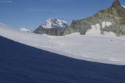 Cab. des Vignettes --> Cab. de Bertol |  Glacier du M. Collon. Aufstieg zum Col de l'Evêque. Mont Blanc (l), Grand Combin (r)