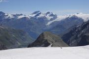 Cab. de Bertol --> Schönbielhütte    Abstieg vom Tête Blanche über den Stockjigletscher zum Stockji. Darüber Allalin-, Rimpfisch- und Strahlhorn mit Findelgletscher