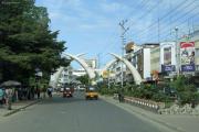 Mombasa. Moi Avenue mit Alu-Stosszähne als Tor