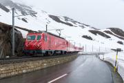 Regionalzug mit HGe 4/4 II 108 oberhalb der Calmot-Tunnel/Galerien