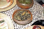 Lecker!! Mopane-Raupen! Raupen des Gonimbrasia belina (Nachtfalter). Dazu gab es wilder Spinat und Hirsebrei. Als Nachtisch eine Makalani-Nuss...
