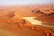 Sanddünen mit einem Vlei bei Sossusvlei. Flugaufnahme.