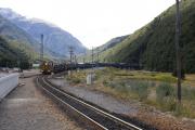 Arthur's Pass. TranzAlpine von Greymouth nach Christchurch verlaesst den Otira-Tunnel