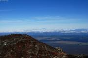 Mt. Ngauruhoe. Aussicht vom Kraterrand gen Westen. Mt. Taranaki (2517müM) im Hintergrund