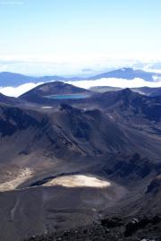 Aussicht vom Mt. Ngauruhoe. South Crater, Red Crater und Blue Lake. Lake Taupo im Hintergrund