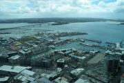 Auckland. Sky Tower. Hafen mit Harbour Bridge und Takapuna (Hintergrund)