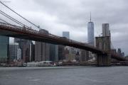 East River mit Brooklyn Bridge, One World Trade Center. Brooklyn