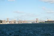 Brooklyn Bridge, dahinter Manhattan Bridge. Staten Island Ferry