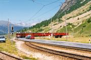 Zug mit ABe 4/4 51 und einem TW II kreuzt die Strasse bei Bernina Suot. 1990