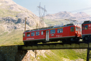 ABe 4/4 45 überquert die untere Berninabach-Brücke oberhalb Bernina Lagalb. 1990