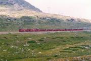 Zwei TW II mit einem Bernina Express oberhalb der oberen Berninabach-Brücke. 1990