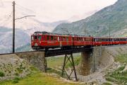 ABe 4/4 48 und ein weitere TW II auf der oberen Berninabach-Brücke ob der Alps da Buond. 1990