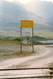 Zwischen der nördlichen Staumauer des Lago Bianco und des Lej Nair verläuft die Wasserscheide Schwarzes Meer (Inn) und Adria (Poschiavino).  1990