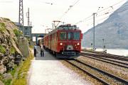 ABe 4/4 46 und ein weiterer TW II fahren in Ospizio Bernina ein. 1990