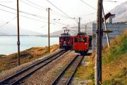Ein Reginalzug mit zwei TW II erreicht Ospizio Bernina.  Auf dem Verladegleis rechts steht der De 2/2 151. 1991