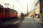 Ein Reginalzug mit zwei TW I wartet in Ospizio Bernina auf einen Gegenzug mit zwei TW II. Auf dem Verladegleis rechts steht der De 2/2 151. 1991