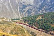 """Ein Bernina Express beim """"Drachenloch"""" kurz vor der Galleria Lunga oberhalb Alp Grüm. Sicht von Sassal Mason. 1991"""