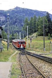 ABe 4/4 49 und ein TW III erreichen Cavaglia. 1994