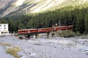 Ein Zug mit einem TW III erreicht gerade Morteratsch. 1994