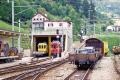 ABe 4/4 30 in BB-Nostalgie-Gelb und ABe 4/4 35 in rot im Bahnhof Poschiavo. 2001