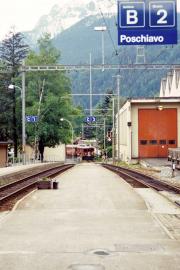 Ein Zug mit einem TW III erreicht Poschiavo. 2001