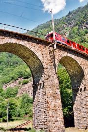 ABe 4/4 52 überquert den Kreisviadukt von Brusio. 2001