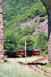 ABe 4/4 52 und ein zweiter TW III umrunden den Kreisviadukt von Brusio. 2001
