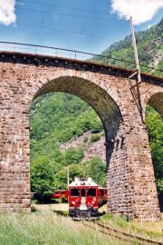 ABe 4/4 52 unterquert den Kreisviadukt von Brusio. 2001