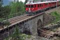 ABe 4/4 56 und 53 überqueren gleich die Berninabach-Brücke oberhalb Morteratsch.