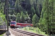 Ge 4/4 III 644 mit einem Glacier Express unterhalb des Zuondra-Tunnels
