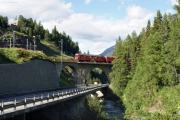 ABe 4/4 47 und Gem 4/4 802 auf der Innbrücke von St. Moritz