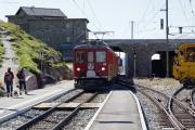 Einfahrt eines Bernina Express mit dem ABe 4/4 49 an der Spitze in Ospizio Bernina