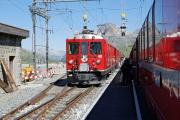 ABe 4/4 48 mit einem Bernina Express fährt vorsichtig in Ospizio Bernina ein