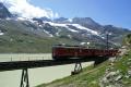 ABe 4/4 55 und 54 bei Ospizio Bernina. Im Hintergrund der Lago Bianco und der Piz Cambrena