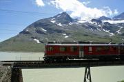 ABe 4/4 55  bei Ospizio Bernina. Im Hintergrund der Lago Bianco.