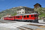 ABe 4/4 53 mit einem Kurzzug erreicht Ospizio Bernina